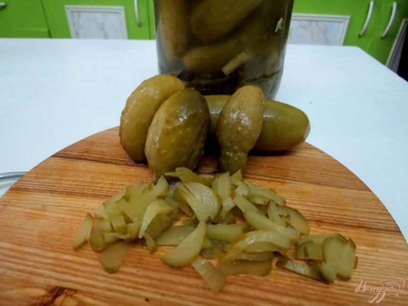 Фото приготовление рецепта: Рассольник с копчёной колбасой и оливками шаг №5