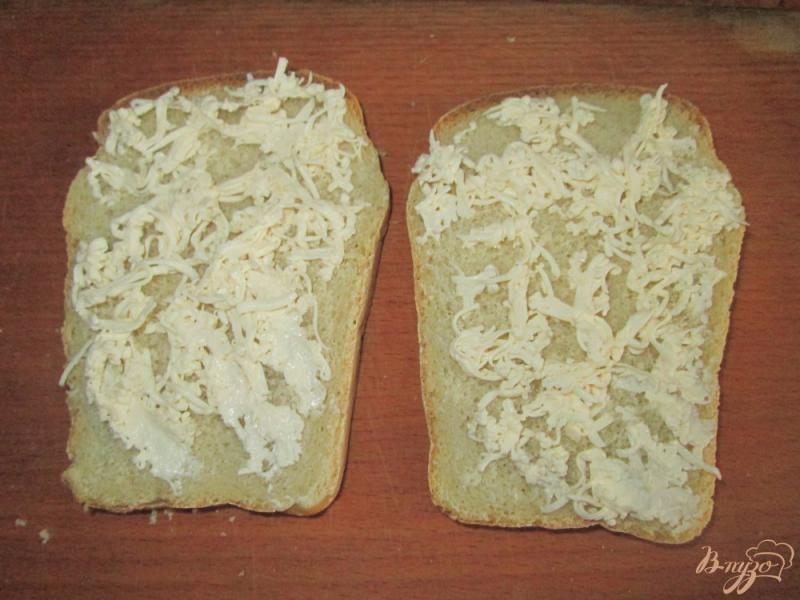 Фото приготовление рецепта: Горячие бутерброды с яйцом шаг №2