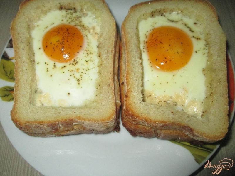 Фото приготовление рецепта: Горячие бутерброды с яйцом шаг №4