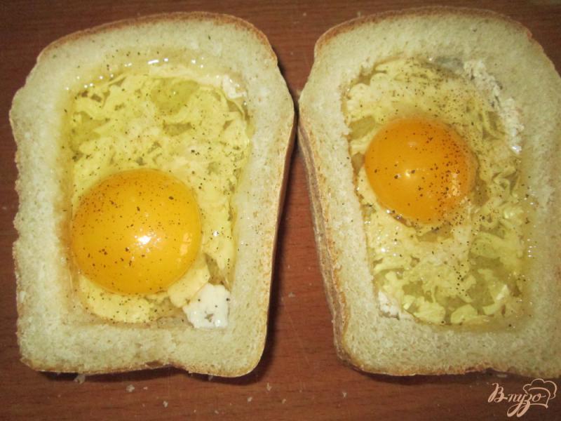 Фото приготовление рецепта: Горячие бутерброды с яйцом шаг №3