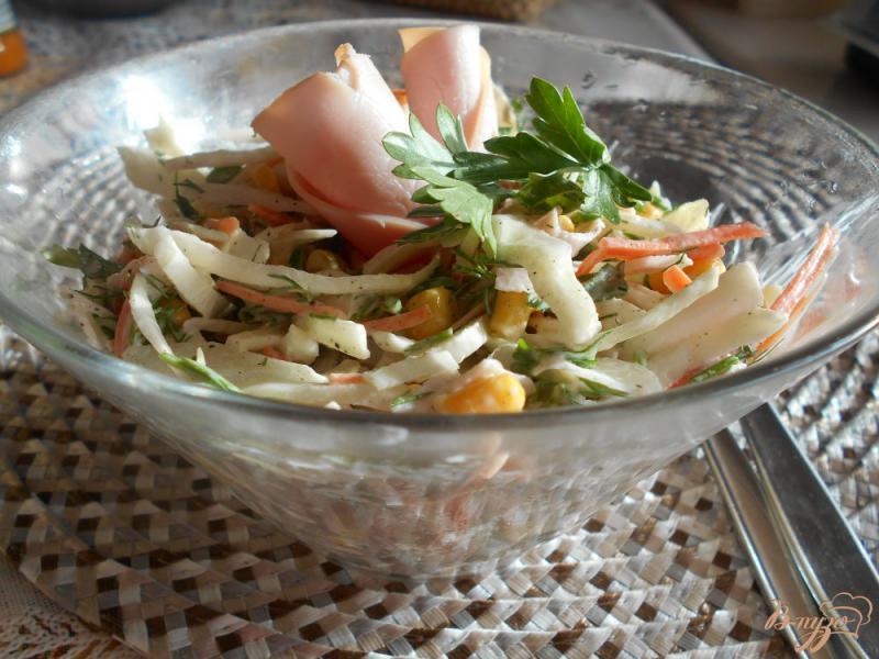 Фото приготовление рецепта: Салат из капусты, моркови и ветчины шаг №7