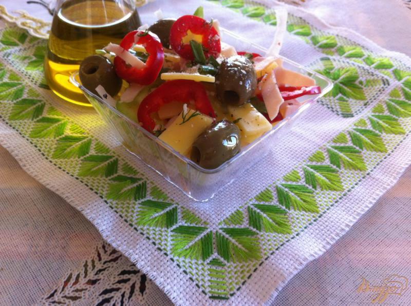Фото приготовление рецепта: Салат с ветчиной и сыром шаг №6