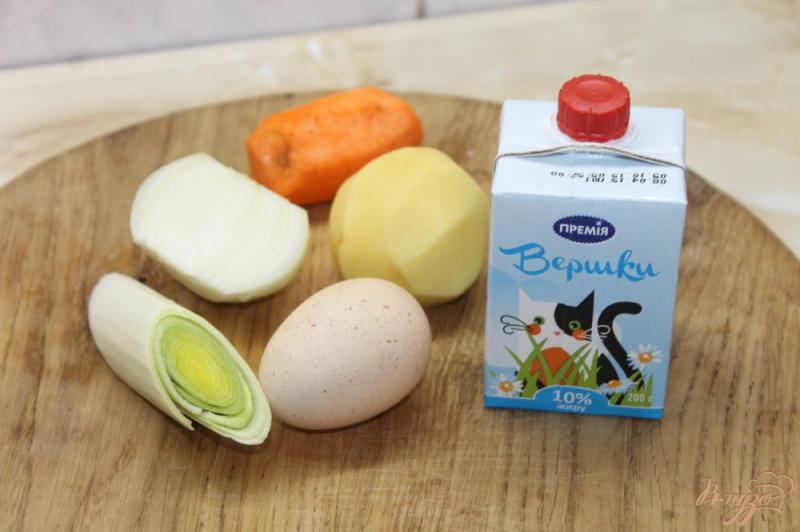 Фото приготовление рецепта: Сливочный суп с луком пореем и курицей шаг №2