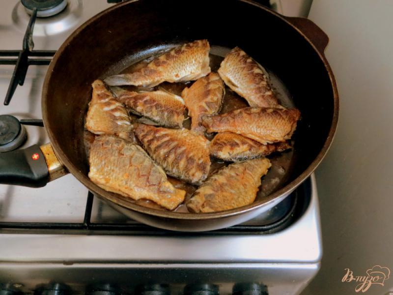 Фото приготовление рецепта: Караси жареные, с чесноком шаг №6