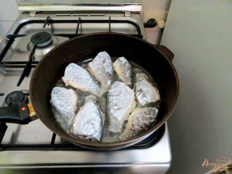 Фото приготовление рецепта: Караси жареные, с чесноком шаг №5