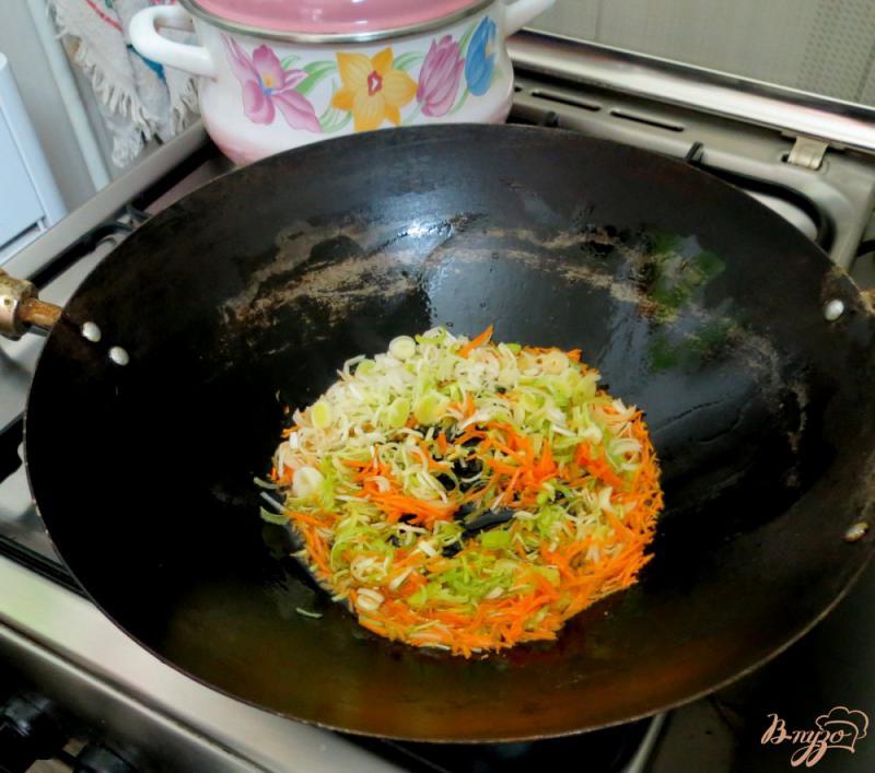 Фото приготовление рецепта: Рисовая лапша с овощами и грибами шаг №7