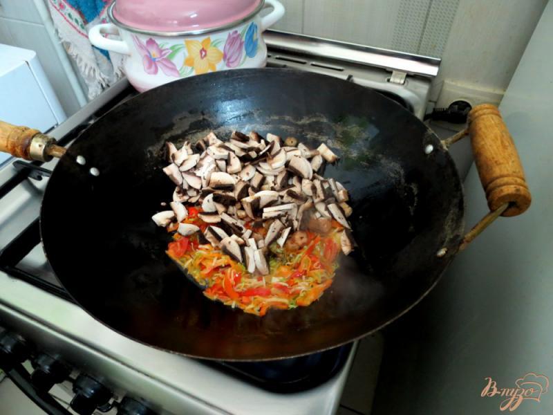 Фото приготовление рецепта: Рисовая лапша с овощами и грибами шаг №9