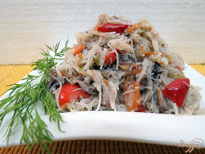 Фото приготовление рецепта: Рисовая лапша с овощами и грибами шаг №11