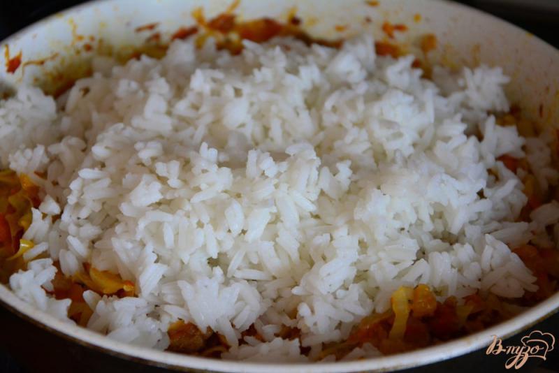 Фото приготовление рецепта: Бигус с капустой, фаршем и рисом. шаг №7