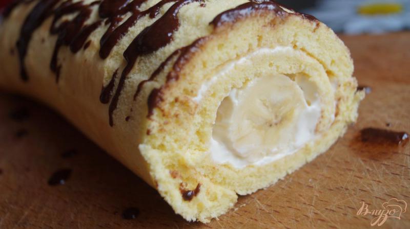 Фото приготовление рецепта: Бисквитный рулет со сметанным кремом и бананом шаг №13
