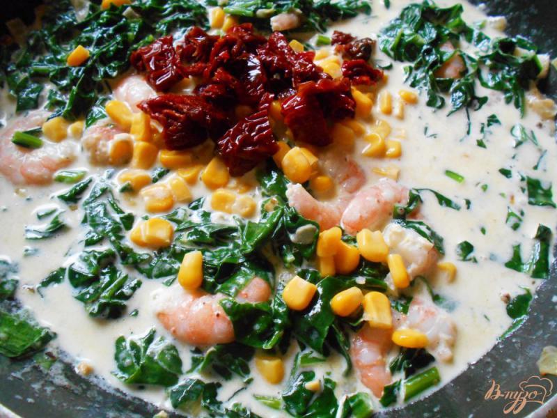 Фото приготовление рецепта: Спагетти в сливочном соусе с креветками и шпинатом шаг №6