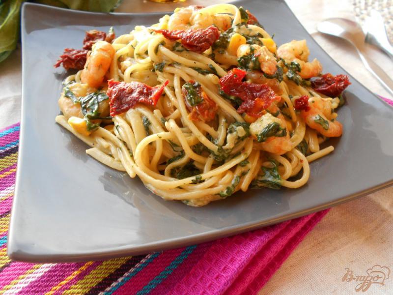 Фото приготовление рецепта: Спагетти в сливочном соусе с креветками и шпинатом шаг №8
