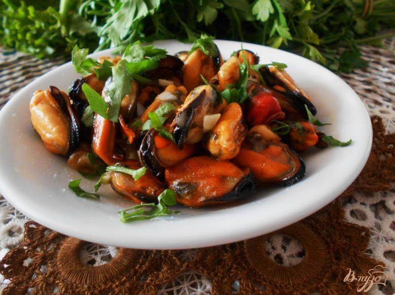 Фото приготовление рецепта: Мидии в чесночном соусе шаг №5