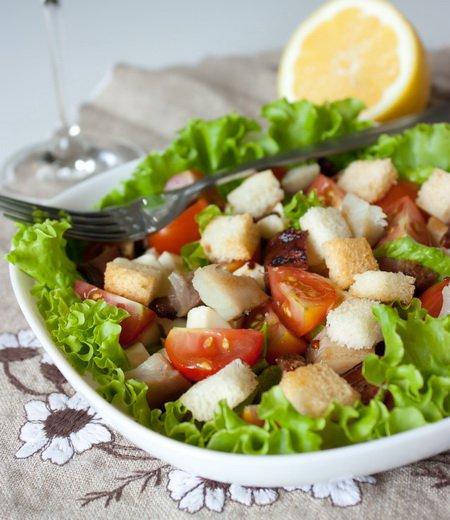 фото рецепта: Салат из копченой скумбрии с помидорами и сухариками