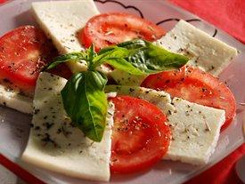 фото рецепта: Брынза с помидорами и базиликом