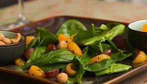 фото рецепта: Салат с апельсинами, шпинатом и кешью