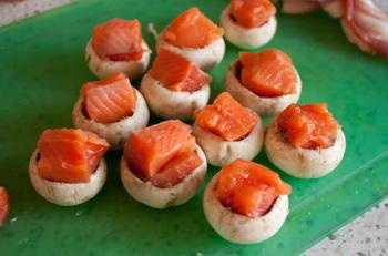 Шампиньоны с лососем в беконе