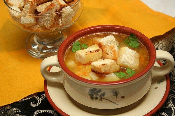 фото рецепта: Гороховый суп с копченостями и гренками