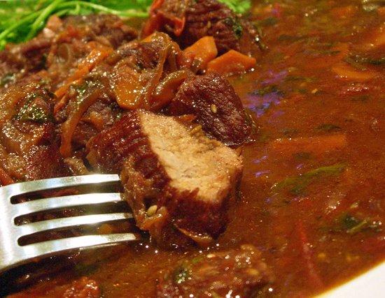 Рецепт Телятина в винно-луковом соусе
