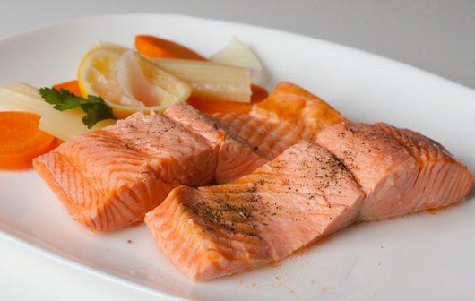 Припущений лосось з овочами. Як приготувати з фото