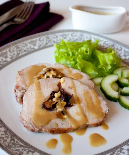 фото рецепта: Свиное филе, фаршированное сухофруктами и каштанами