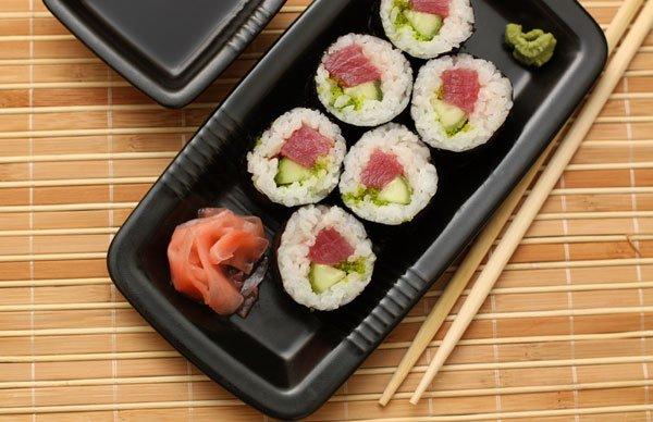 фото рецепта: Роллы с тунцом и огурцом
