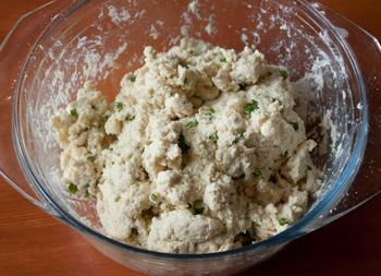 Печенье с зеленым луком и голубым сыром