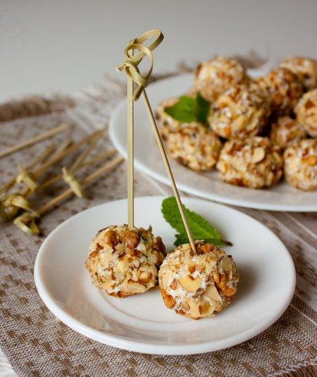 фото рецепта: Шарики из феты с грецкими орехами