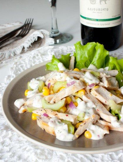 фото рецепта: Салат из курицы с огурцом и кукурузой