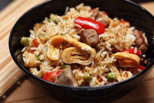 фото рецепта: Рис со свининой, овощами и омлетом