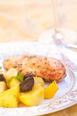 фото рецепта: Цыпленок с черносливом и картофелем