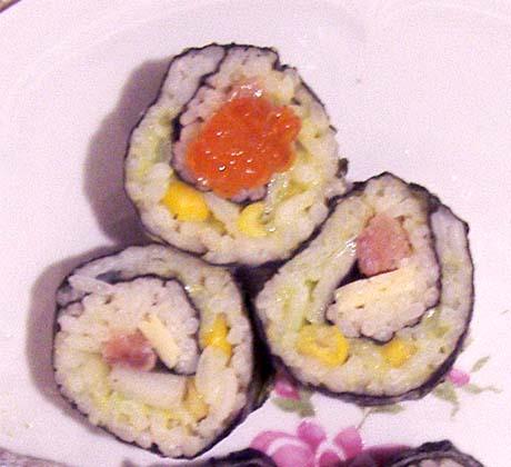 фото рецепта: Суши с кукурузой и лососем (ролл-инсайд)