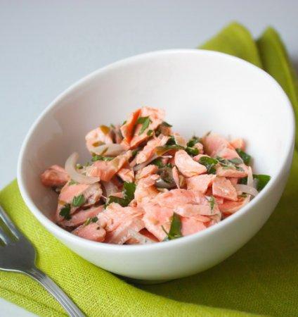 Салат из лосося с петрушкой и каперсами