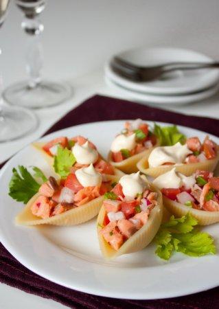 Лососевый салат в ракушках