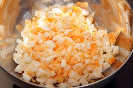 Пикантный салат с креветками