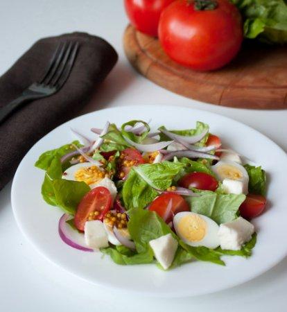 Салат из моцареллы, томатов и перепелиных яиц