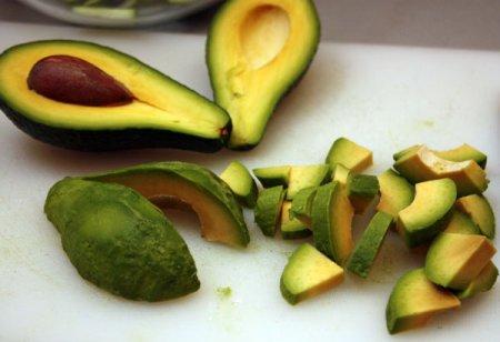 Салат из креветок и авокадо с мятной заправкой