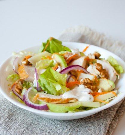 Салат из копченой курицы, яблок и грецких орехов