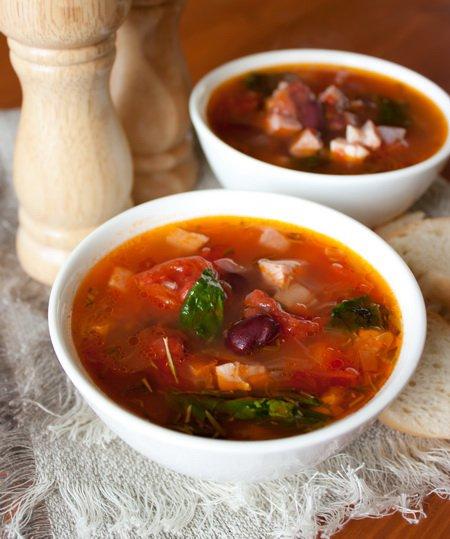 фото рецепта: Мясной суп с фасолью и томатами