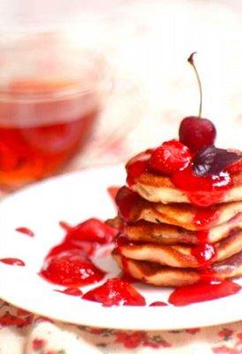 фото рецепта: Бисквитные оладьи с ягодами