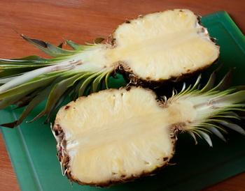 Фруктовый салат с клубникой в ананасе