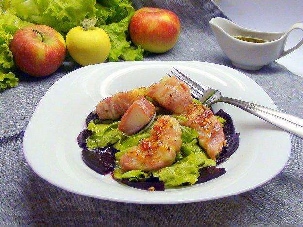 Рецепт Карпаччо из свёклы с яблочными дольками в беконе под медово-горчичной заправкой.