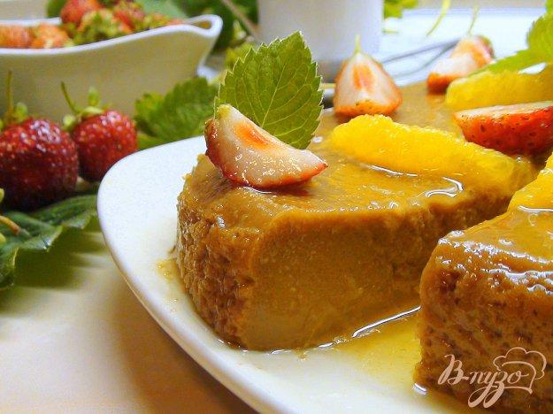 Рецепт Флан с варёной сгущёнкой, апельсиновой карамелью и клубникой.