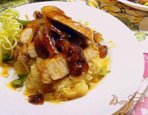 фото рецепта: Медовая свинина с карамельным луком и тушёной капустой.