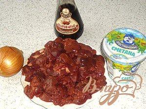 Куриные окорочка, фаршированные куриной печенью и виноградом.