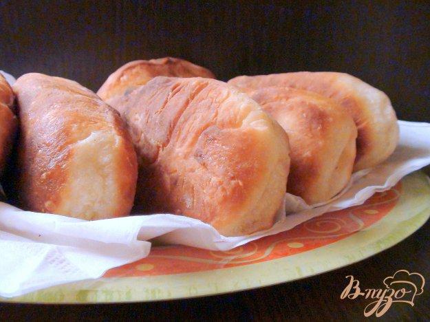 Рецепт Жареные пирожки из творожного теста с начинкой из ветчины и сыра.