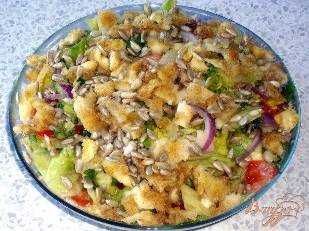 фото рецепта: Салат с авокадо и сырными гренками