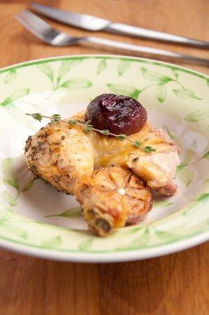 Курица с яблоками, сливой и кукурузной сальсой