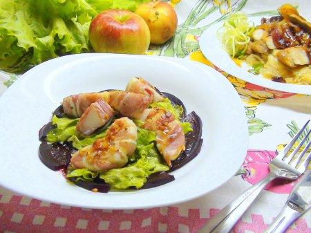 Карпаччо из свёклы с яблочными дольками в беконе под медово-горчичной заправкой.