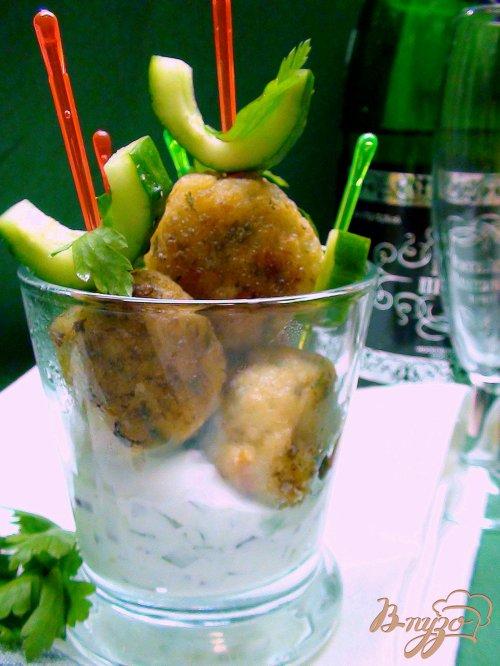 Рыбные шарики на шпажках с соусом тар-тар.